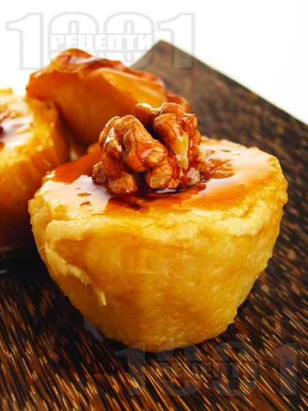 Печени ябълки с орехи и мед - снимка на рецептата